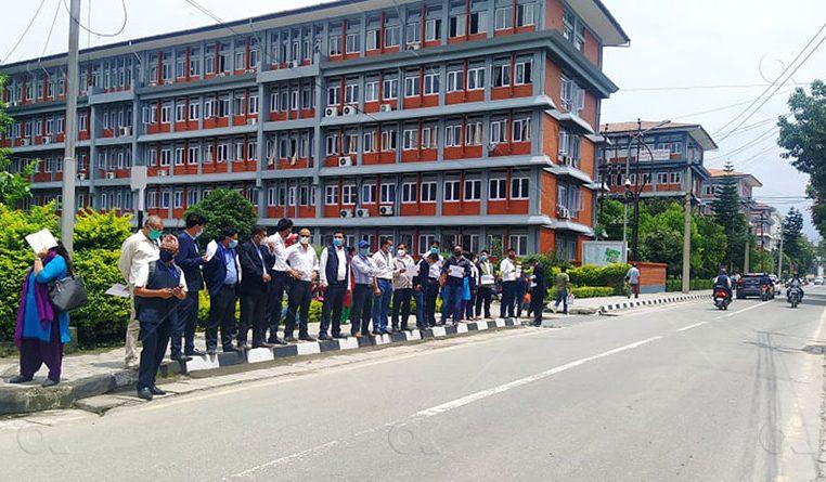 सिंहदरवारभित्रै सरकारी कर्मचारीद्वारा विरोध प्रदर्शन