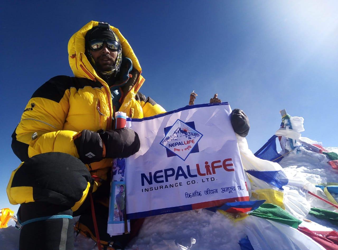 सर्वोच्च शिखर सगरमाथामा नेपाल लाइफको झण्डा, अभिकर्ताको तर्फबाट पहिलो पटक युवराज धितालको सफल आरोहण